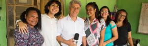 Ademara e Caco Barcellos, de camisas brancas, ao lado de participantes do Semear, em Araçoiaba, Pernambuco